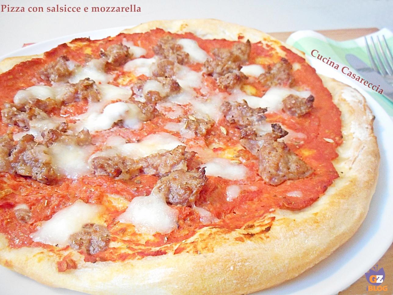 Pizza con salsicce e mozzarella