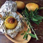 Patate ripiene di salsiccia cotte al cartoccio